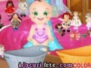 Bebelusul Rosy si Elsa isi spala papusile