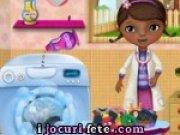 Doctorita Plusica isi spala hainele murdare