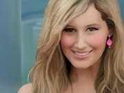 Vedete celebre: Ashley Tisdale de machiat