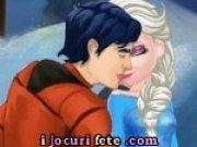 Elsa si Ken se saruta pe ascuns